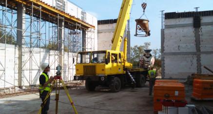 Pomiary pionowości słupów konstrukcyjnych sali gimnastycznej przy szkole na Morasku